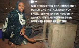 """Eine Frau vor einem veralteten, offenen Feuer-Herd. Im Bild ist ein Text zu lesen:""""Wir reduzieren CO2-Emissionen durch das Installieren con energieeffizienten Herden in Afrika, die das Kochen über offenem Feuer ersetzen."""