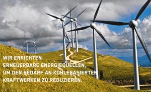 Zu sehen sind mehrere Windräder. Im Bild sit ein text zu lesen: Wir errichten erneuerbare Energiequellen, um den Bedarf an kohlebasierten Kraftwerken zu reduzieren.