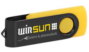 Gelber USB-Stick mit schwarzem Metallbügel, der mit dem Logo von winsun bedruckt ist