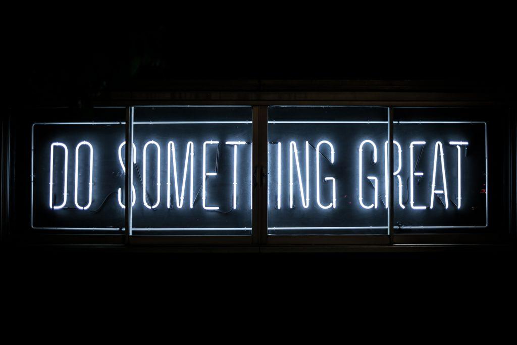 """""""Do something great"""" in Leuchtschrift auf schwarzem Grund"""